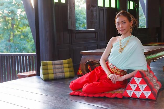 Bella donna asiatica thai vestire vintage costume tradizionale tailandese
