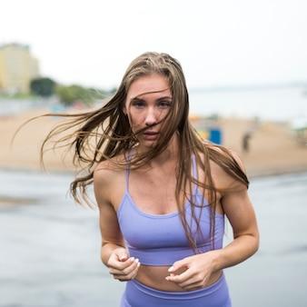 Bella donna atletica che esegue colpo medio