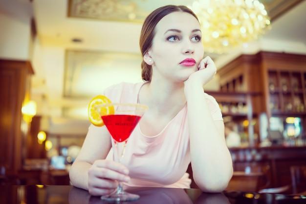 Bella donna attraente in abito da sera per il concetto di lusso, vip, vita notturna e partito