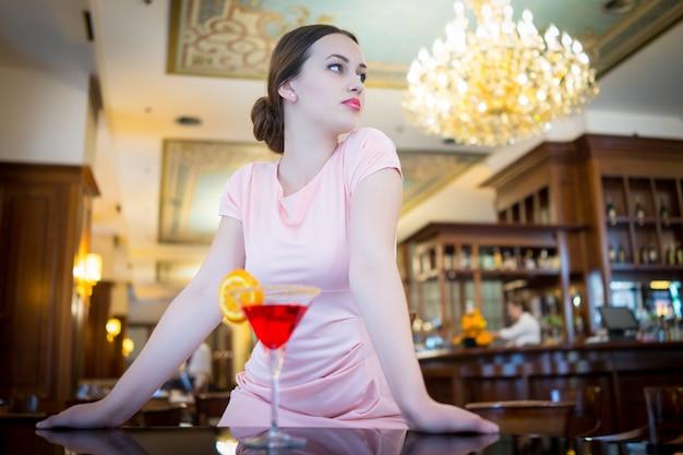 Bella donna attraente in abito da sera per il lusso