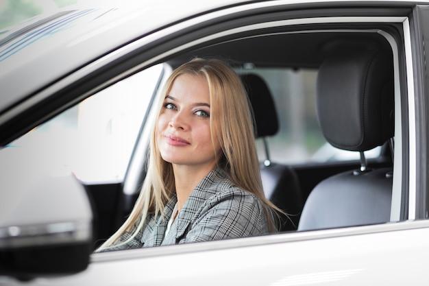 Bella donna autista guardando la telecamera