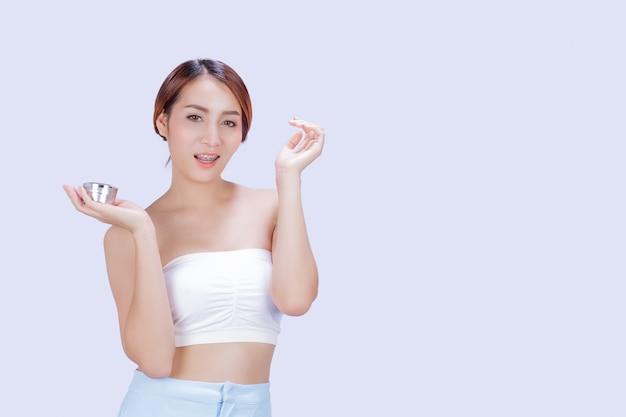 Bella donna bianca che mostra i vari gesti con un bianco.