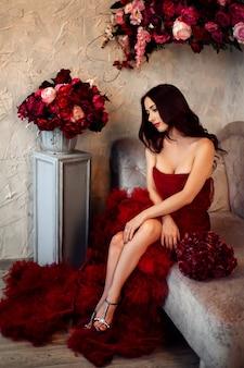 Bella donna bionda alla moda sexy sul sofà