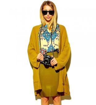 Bella donna bionda carina in abiti hipster