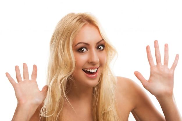 Bella donna bionda con i capelli lunghi