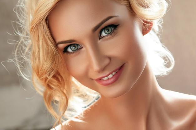Bella donna bionda con l'eye-liner sugli occhi