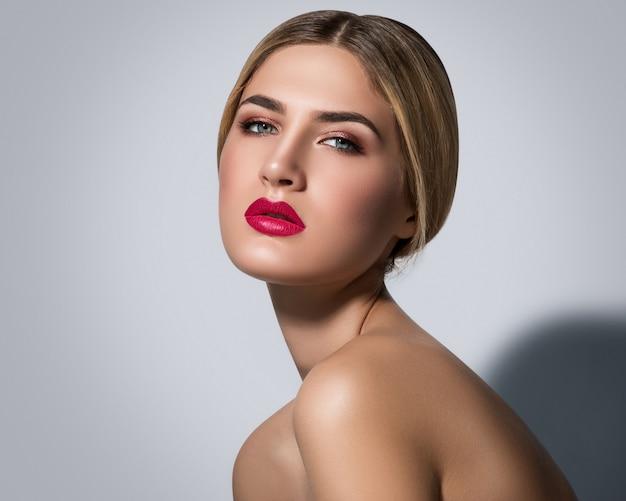 Bella donna bionda con labbra rosse