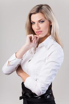 Bella donna bionda di affari in camicia bianca