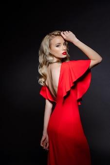 Bella donna bionda in abito da sera rosso
