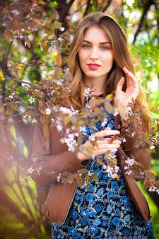 Bella donna bionda nel parco un caldo giorno di primavera