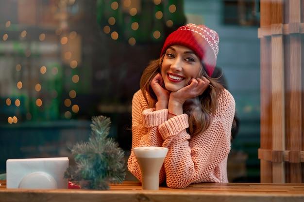 Bella donna caucasica all'interno del caffè tempo di vacanze invernali