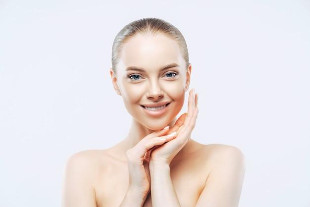Bella donna caucasica con pelle pulita, trucco naturale isolato su bianco