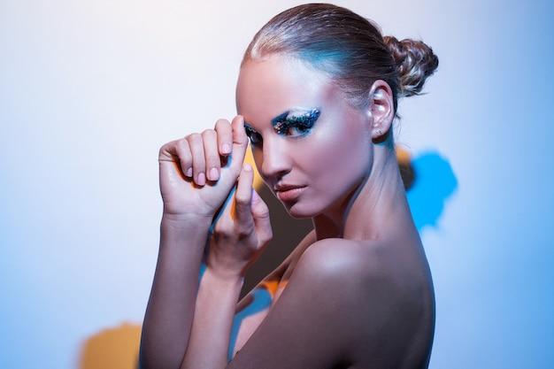 Bella donna caucasica con trucco artistico