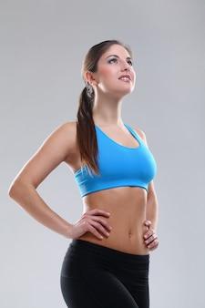 Bella donna caucasica in abbigliamento fitness