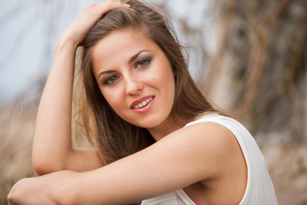 Bella donna caucasica in casual all'aperto