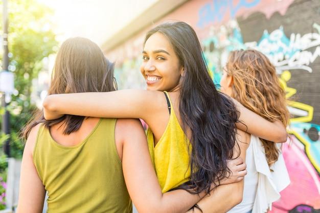 Bella donna che abbraccia le amiche