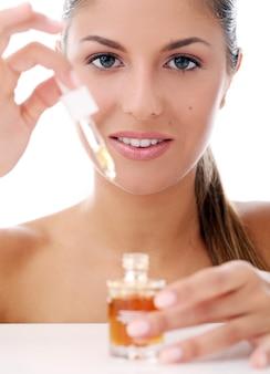 Bella donna che applica i cosmetici