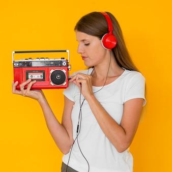 Bella donna che ascolta la musica