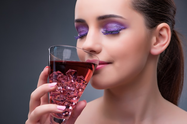 Bella donna che beve cocktail rosso