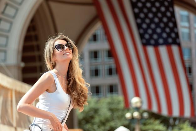 Bella donna che cammina per le strade della città di boston
