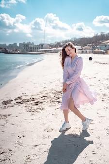 Bella donna che cammina sulla spiaggia