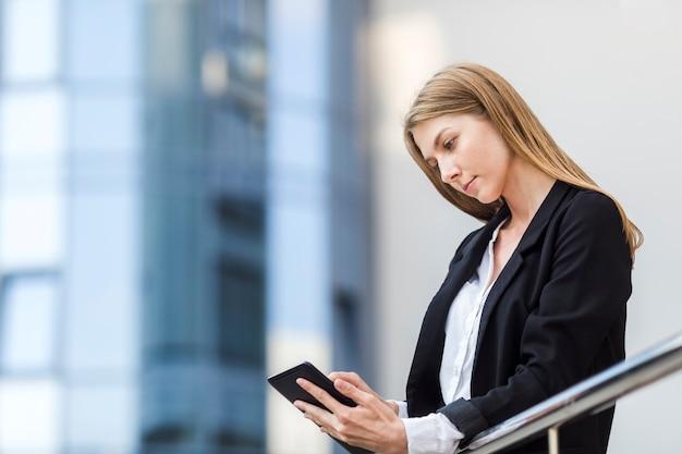 Bella donna che controlla il suo tablet