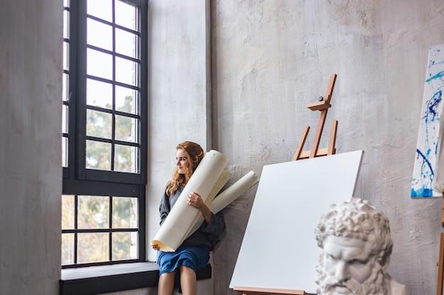 Bella donna che dipinge nel suo studio