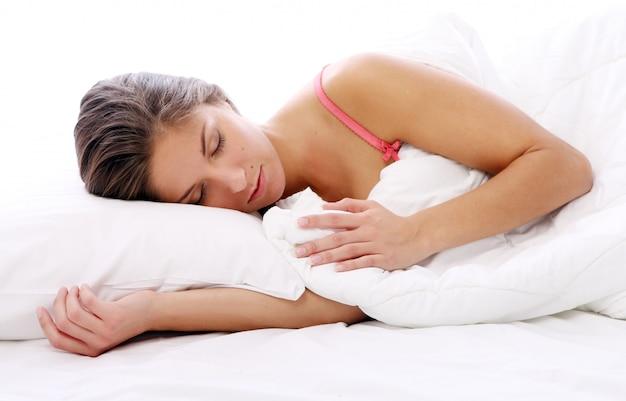 Bella donna che dorme nel letto