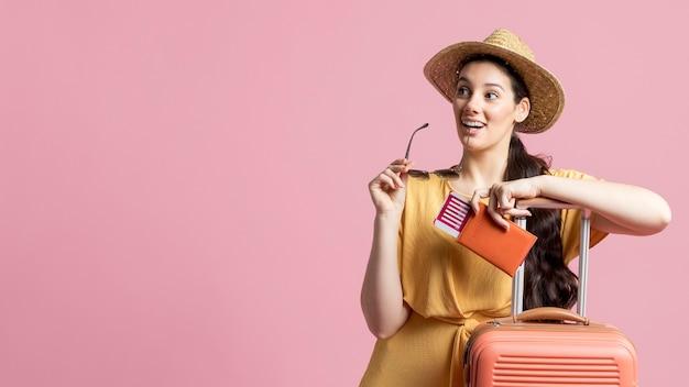 Bella donna che è pronta a viaggiare con lo spazio della copia