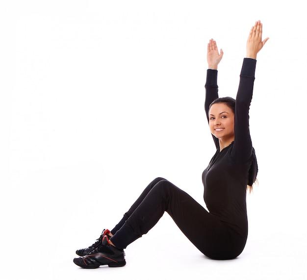 Bella donna che fa esercizi di fitness