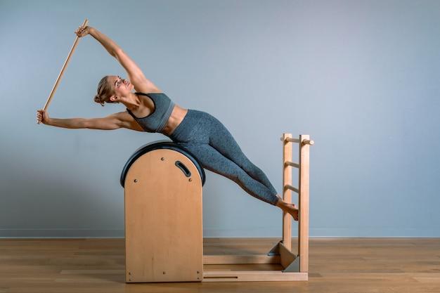 Bella donna che fa esercizio di pilates