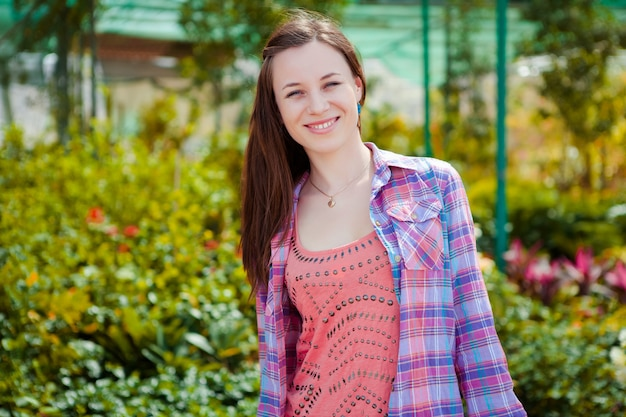 Bella donna che giace in un giardino