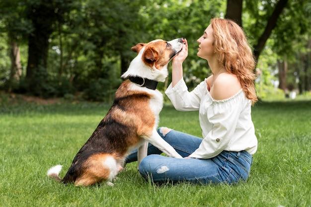 Bella donna che gioca con il compagno nel parco
