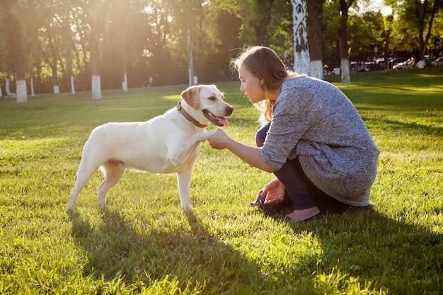 Bella donna che gioca con il suo cane