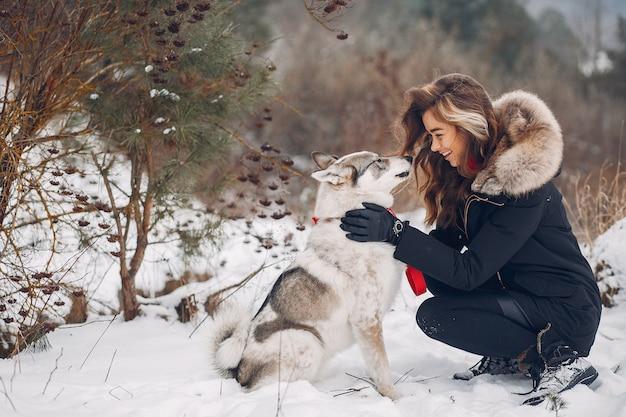 Bella donna che gioca con un cane