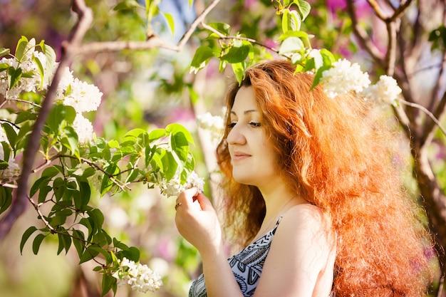 Bella donna che gode del giardino lilla