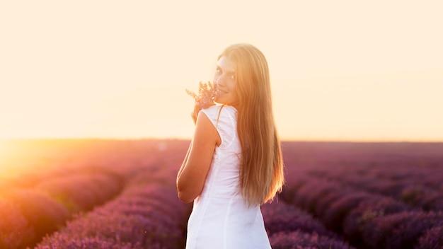 Bella donna che gode della natura