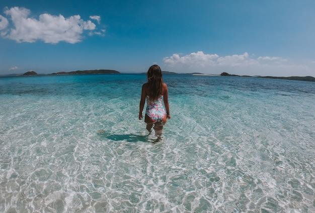 Bella donna che gode della vista su un'isola tropicale nelle filippine. concetto sui viaggi di voglia di viaggiare