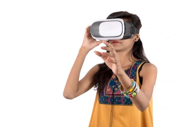 Bella donna che guarda comunque dispositivo vr. cuffia avricolare d'uso degli occhiali di protezione di realtà virtuale della giovane donna.