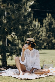 Bella donna che ha picnic sul cortile