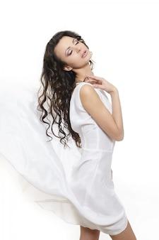 Bella donna che indossa abito bianco sposa lungo ondulato