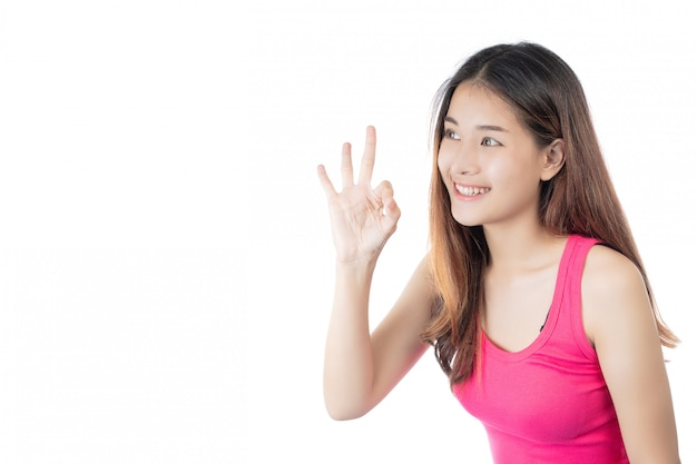 Bella donna che indossa una camicia rosa con un sorriso felice su uno sfondo bianco