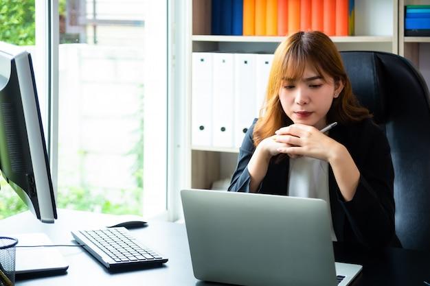Bella donna che lavora duro in ufficio