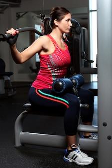 Bella donna che lavora su un trainer