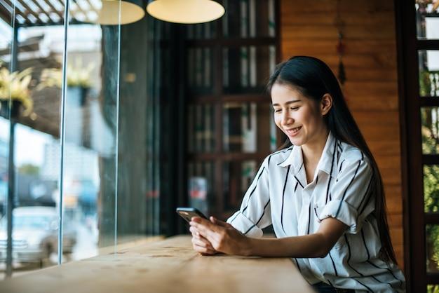 Bella donna che legge la rivista nella caffetteria