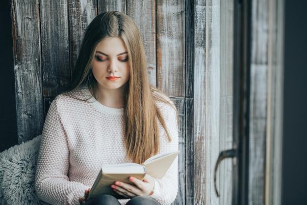 Bella donna che legge un libro