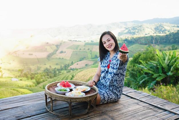 Bella donna che mangia prima colazione