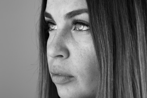 Bella donna che osserva lontano e che pensa nella sala.