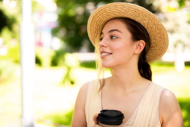 Bella donna che osserva via con un sorriso luminoso