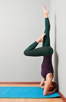 Bella donna che pratica yoga asana